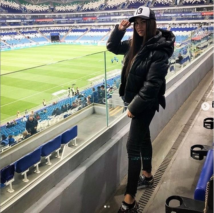 Елена ходит на все домашние матчи «Крыльев» - переживает за мужа. Фото: www.instagram.com/e.soboleva27.