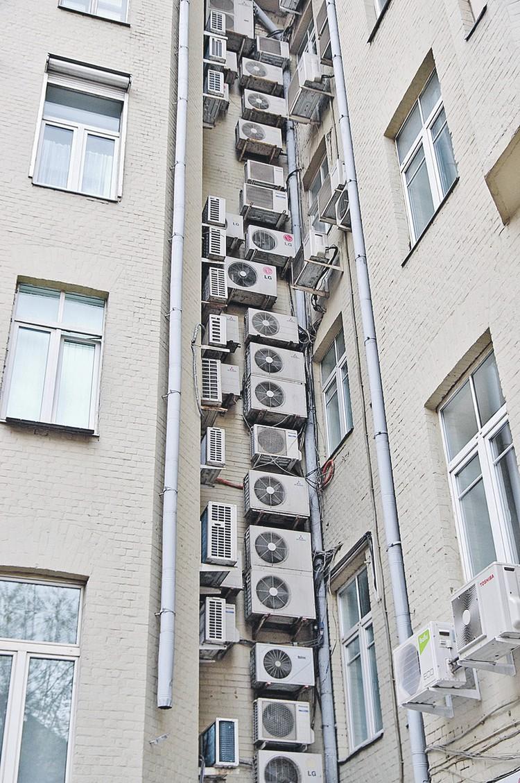 Такие «гусеницы» встречаются на офисных зданиях. На вид - не очень. Но делают так специально, чтобы упрятать кондиционеры в одно место. Фото: Фотобанк Лори