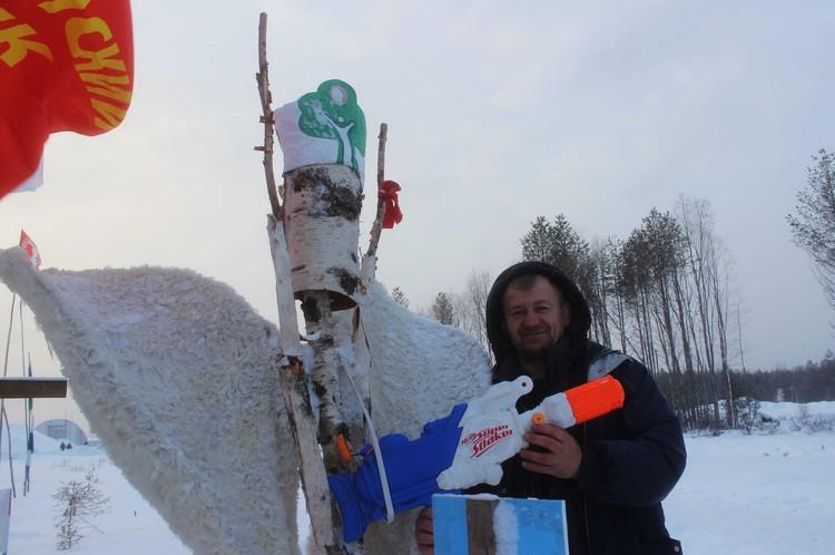 Юрий Чесноков показывает важный экспонат - крылья Древарха и его водяной пистолет (из последнего мужчина обстреливал полицейских мочой)