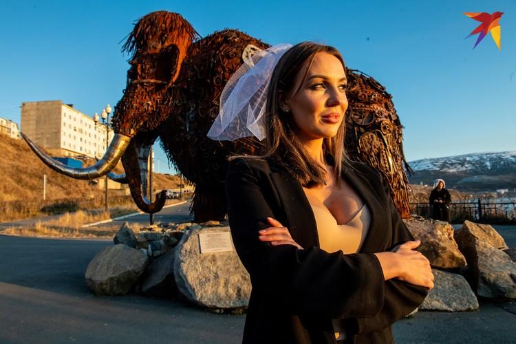 По суровой магаданской традиции свадьбы (на фото - подружка невесты) обязаны ехать к мамонту.