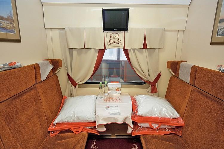 Интерьер и сервис «Красной стрелы» всегда выгодно отличались в лучшую сторону от прочих поездов СССР и России. Даже в самых недорогих купе пассажиры чувствовали себя, как в хорошем отеле.