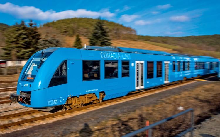 Самый «чистый» поезд в мире Coradia iLint не производит абсолютно никаких вредных выбросов в окружающую среду. Источник энергии электропоезда – топливные элементы, которые сжигают водород из баков, смешивая его с кислородом из атмосферы