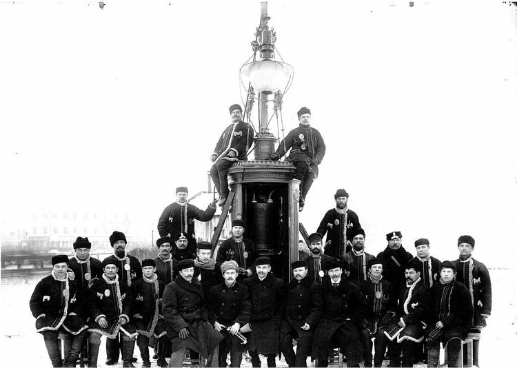 Группа рабочих общества «Гелиос» возле установленного фонаря. 1900-е годы. Фото: Музей истории энергетики