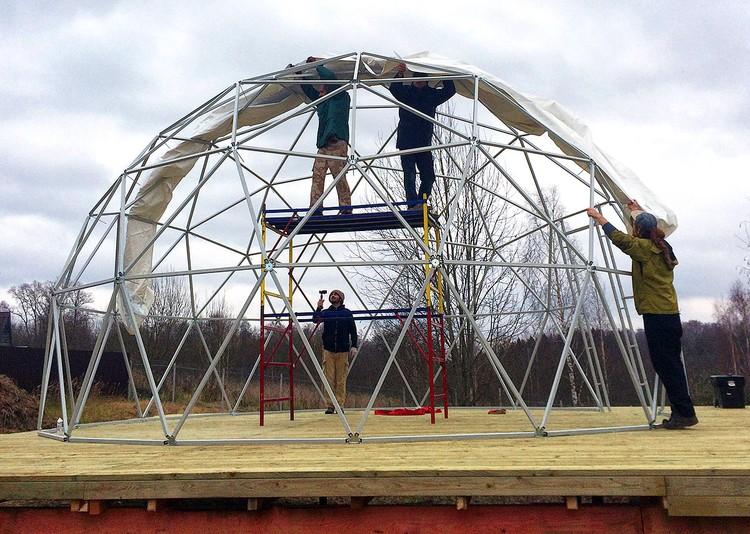 Железные палки купола промаркировали разным цветом и собрали в единую конструкцию.