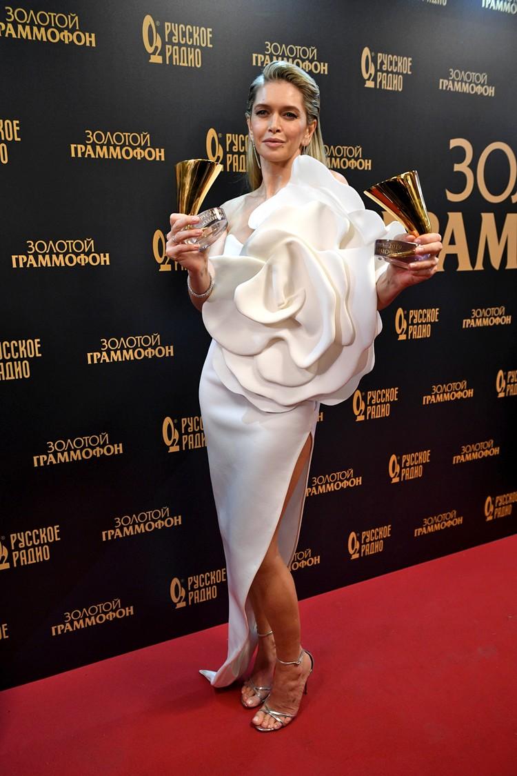Брежнева предстала на церемонии в длинном белом платье с высоким разрезом и глубоким декольте.