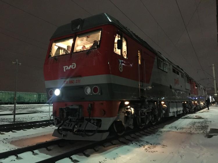 Этот поезд тянут за собой два локомотива сразу, причем у современных тепловозов повышенная мощность.