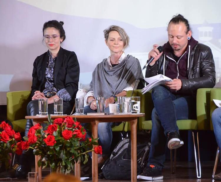 Вольга (в центре) с коллегами-литераторами выступает на фестивале в Боготе (Колумбия). Фото: Личный архив