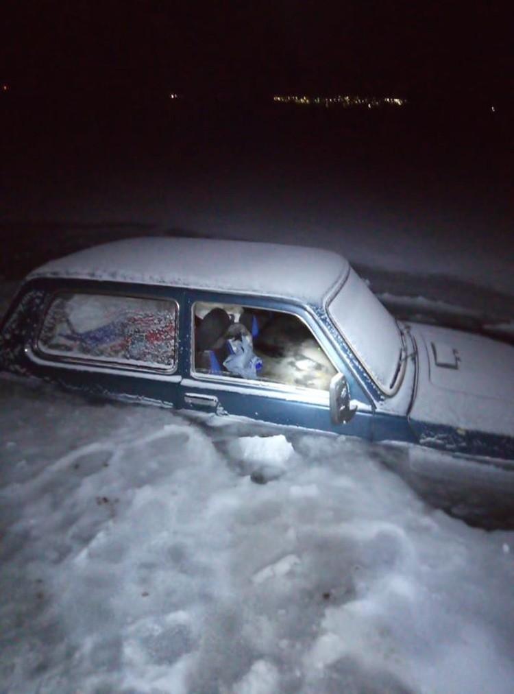 Люди успели выскочить из машины. Фото: Виктор Непомнящий