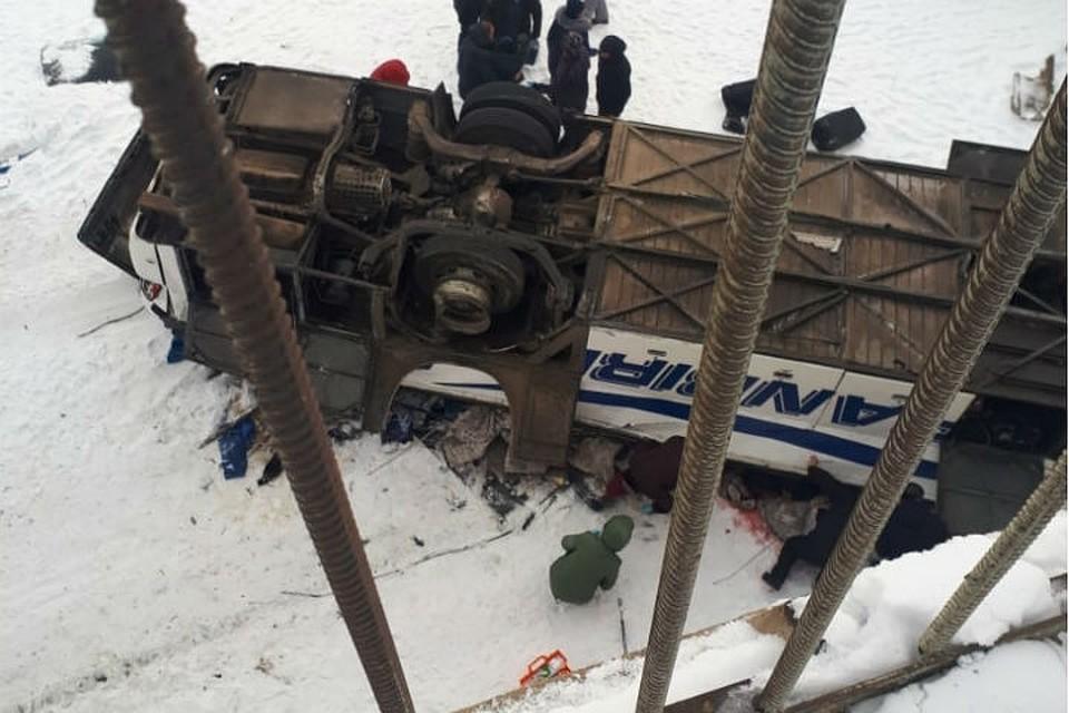 Автобус протаранил ограждения и слетев с моста, упал прямо на крышу. Фото: правительство Забайкальского края.