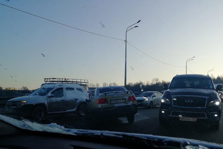 Из-за аварии на Мызинском мосту движение было парализовано не только на самой переправе, но и на подъездах. ФОТО: Женя Сенников.
