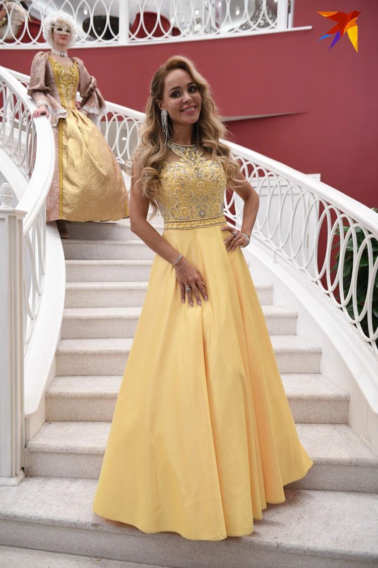 Певица в пышном желтом платье смотрелась настоящей принцессой