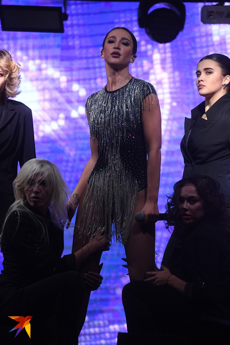 Оля появилась перед зрителями в боди с блестящей бахромой