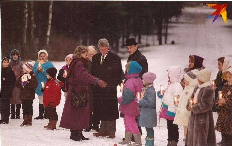 Шушкевич, Клинтон, Позняк и белорусские дети со свечками в руках в Куропатах. Фото: личный архив.