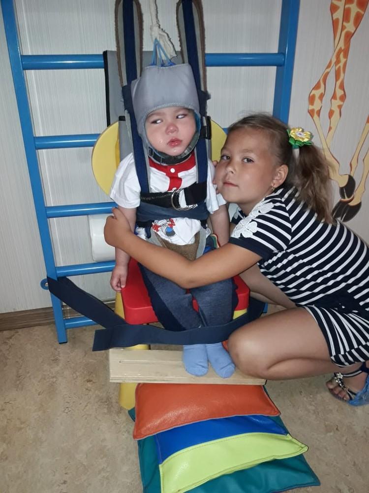 Мальчик ездит на реабилитацию в Екатеринбург. Фото: личный архив.