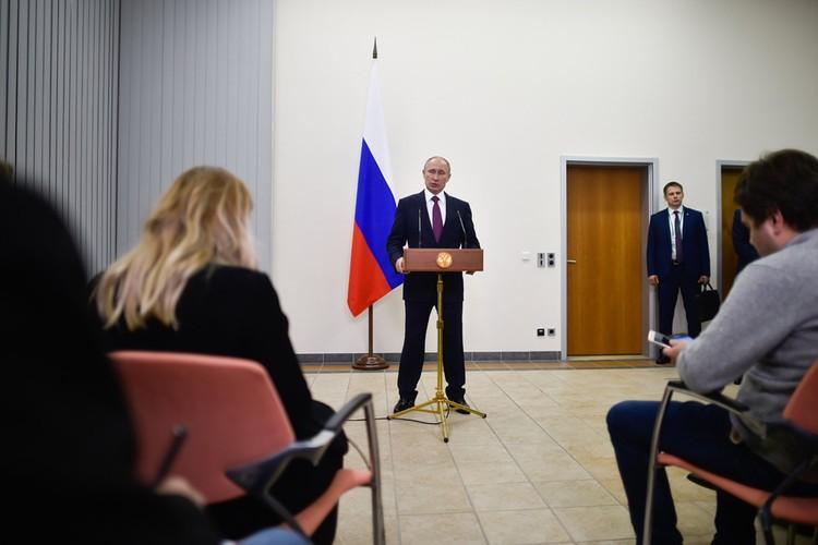 Лишь в одиннадцатом часу утра Путин вышел к журналистам.