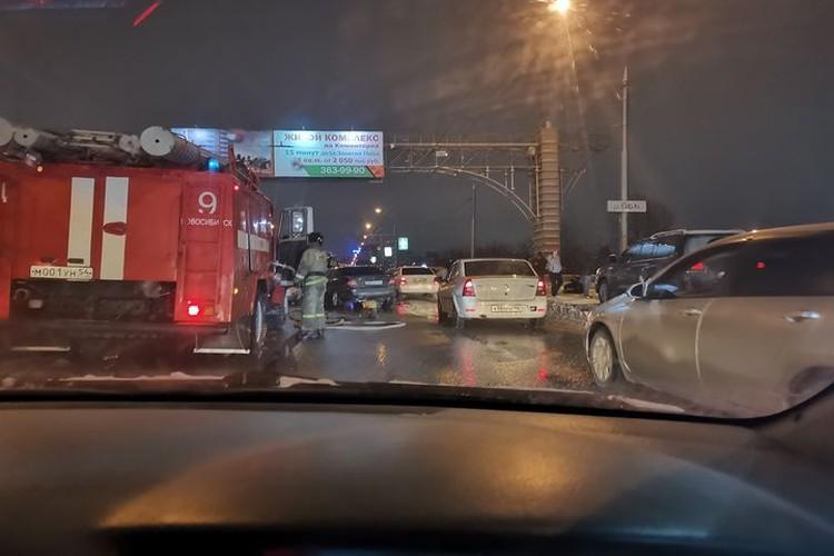 Очевидцы, утверждают, что ВАЗ летел на большой скорости и словил яму ан мосту. Фото: «АСТ-54»