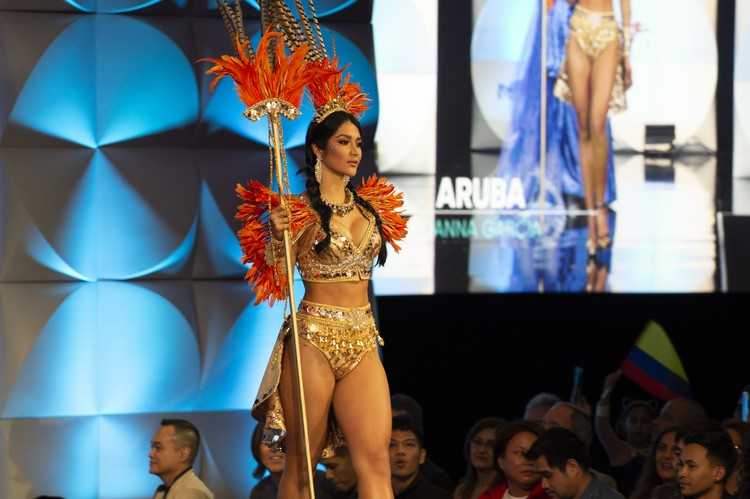Шоу национальных костюмов: представительница острова Аруба