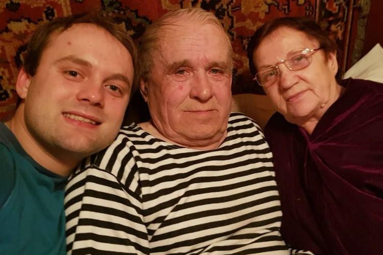 Семен с дедушкой и бабушкой. Фото: личный архив Семена Павличенко.