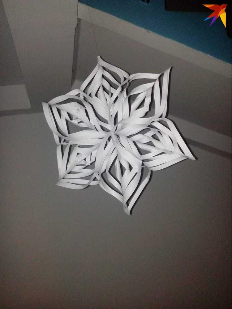 Снежинки Арина научилась делать недавно