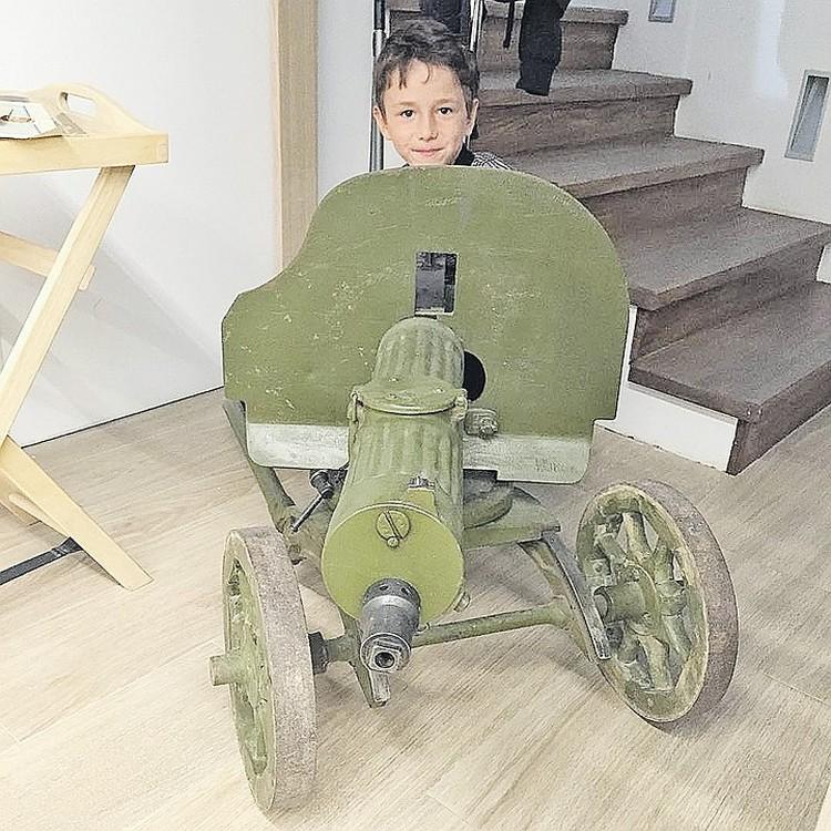 Сына Диму Юрий уже знакомит с военной тематикой