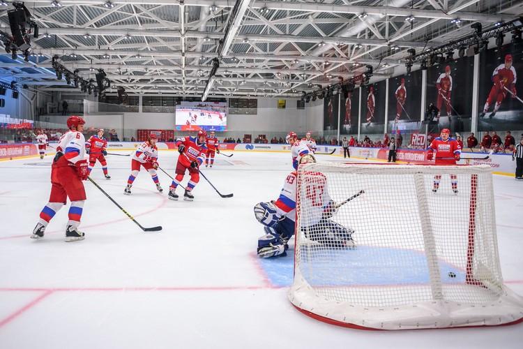 Легенда хоккея, генеральный директор Ночной хоккейной лиги Алексей Касатонов в атаке. Фото: Александр Добоносов
