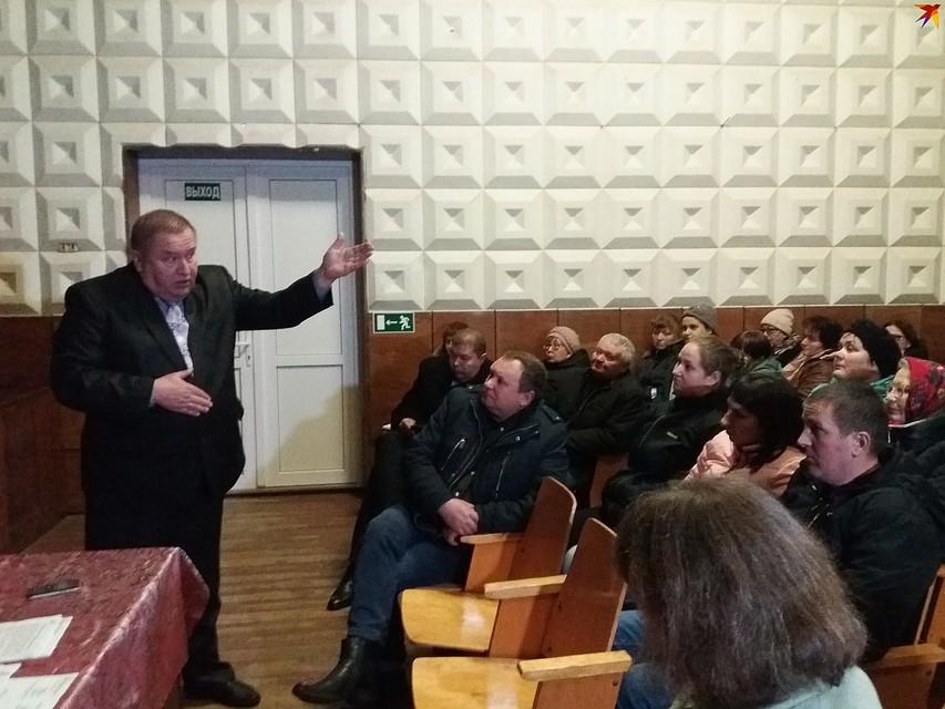 Начальник отдела по образованию Каменецкого райисполкома Виктор Грицук попросил школьников выйти из зала. Фото: Оксана БРОВАЧ