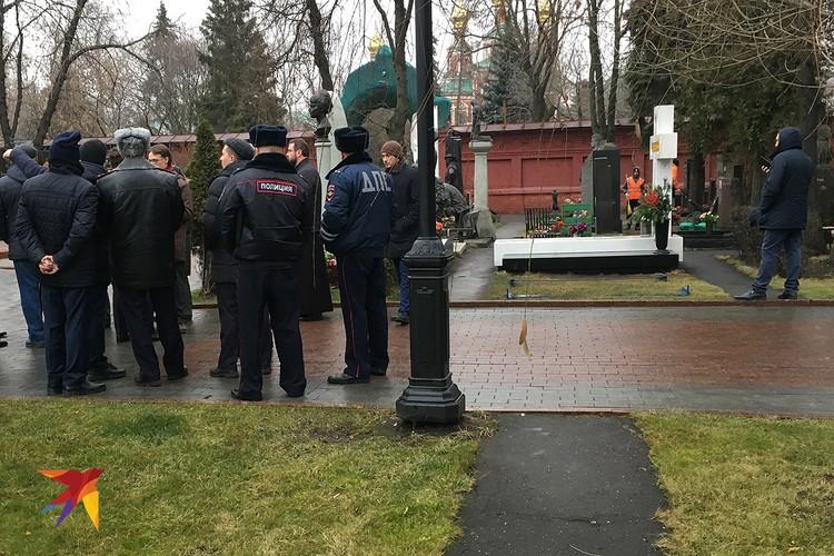 На Новодевичьем кладбище готовятся к похоронам Юрия Лужкова.