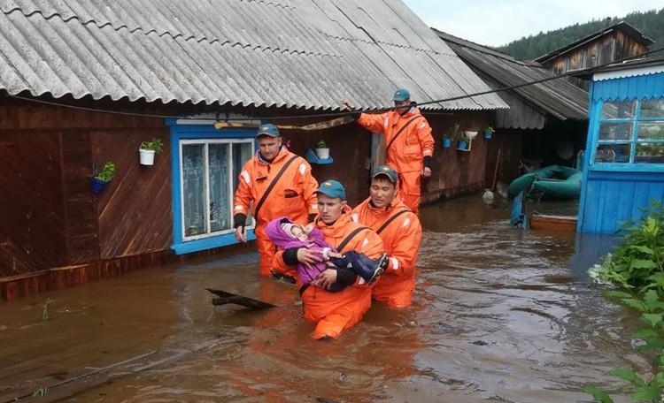 Спасательные работы во время паводков. Фото: пресс-служба МЧС