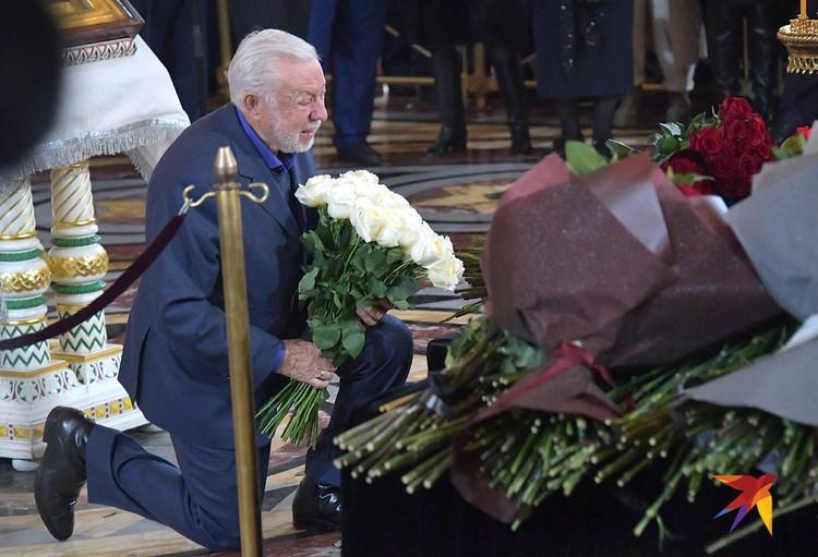 С Юрием Лужковым простились в храме Христа Спасителя.