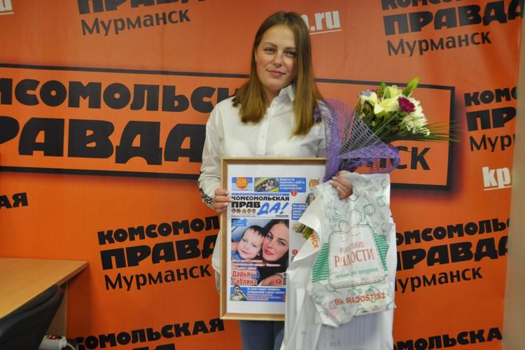 """Дарья Саблина с подарками в редакции """"КП"""""""