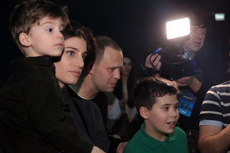 Актриса Нино Нинидзе и режиссер Кирилл Плетнев с детьми