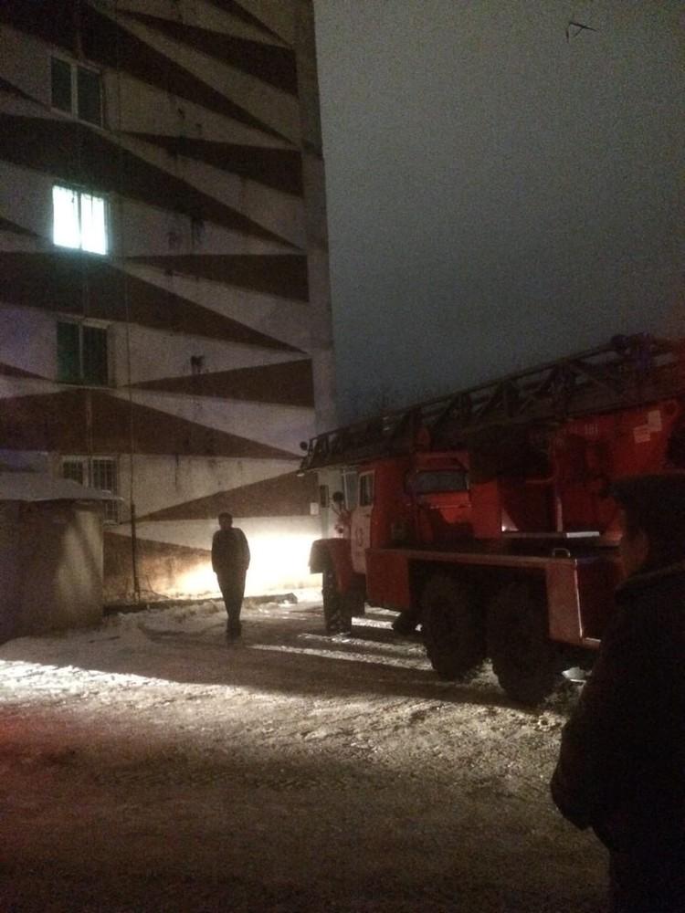Дымал валил из окна второго этажа. Фото: Инцидент Тюмень