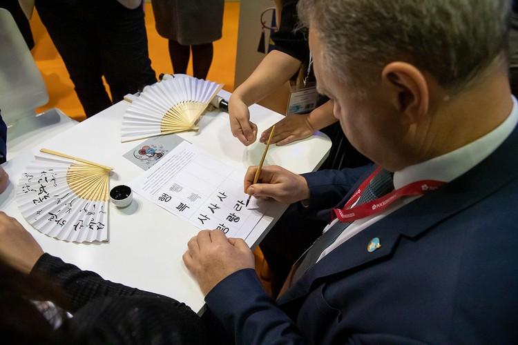 Губернатор написал иероглифами новогоднее поздравление. Фото предоставлено пресс-службой правительства Сахалинской области.