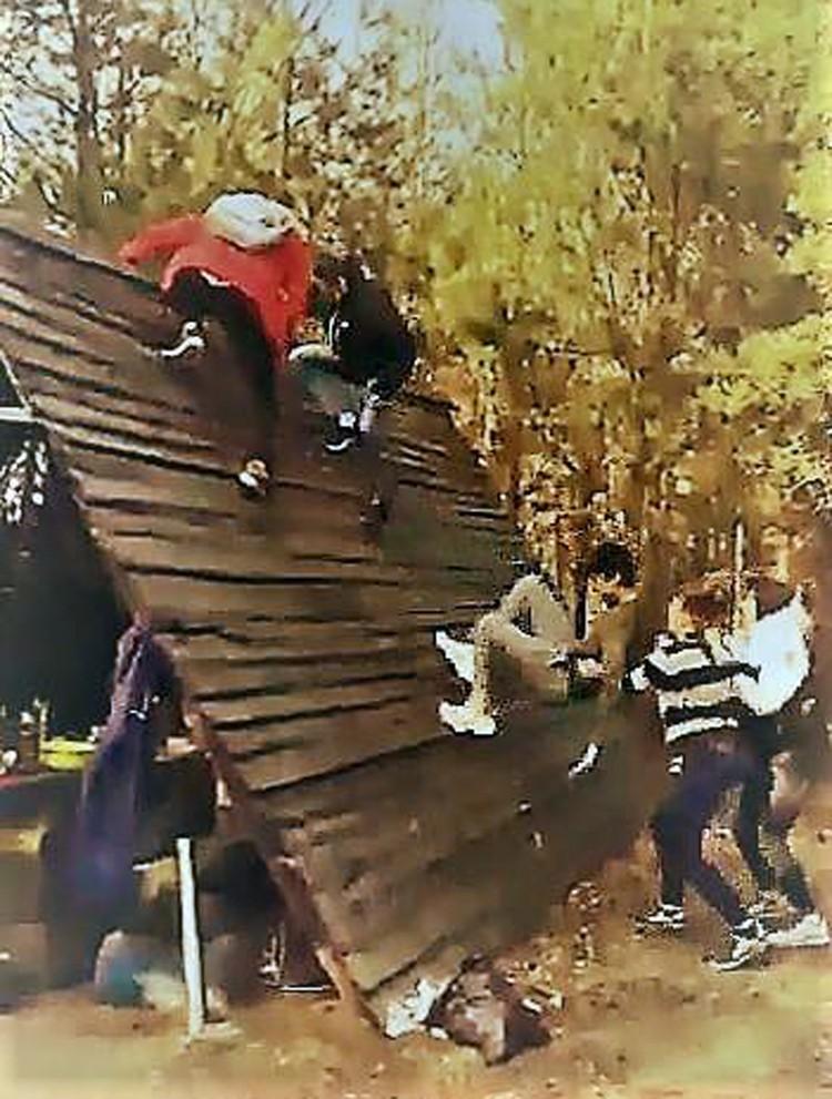 Кадр с видео. Товарищи со смехом и матерщиной помогают Владу забраться на крышу. Он падает, но его снова тащат наверх