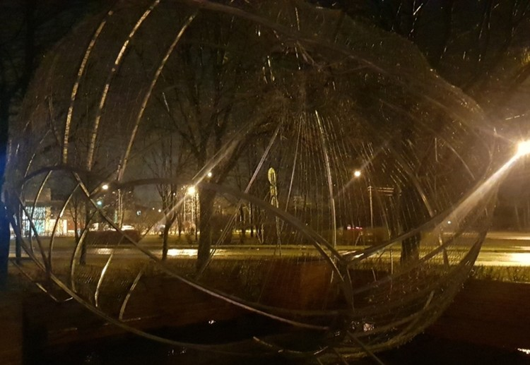 Новогодний шар в Красном Селе покатился по ветру. Фото: vk.com/krasnoe_selo