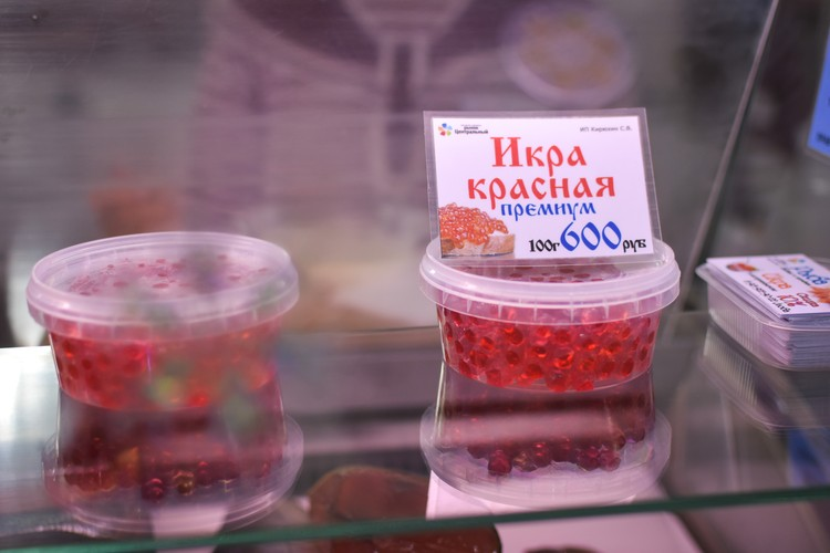 В баночке муляж - продавец на рынке предлагает попробовать товар.