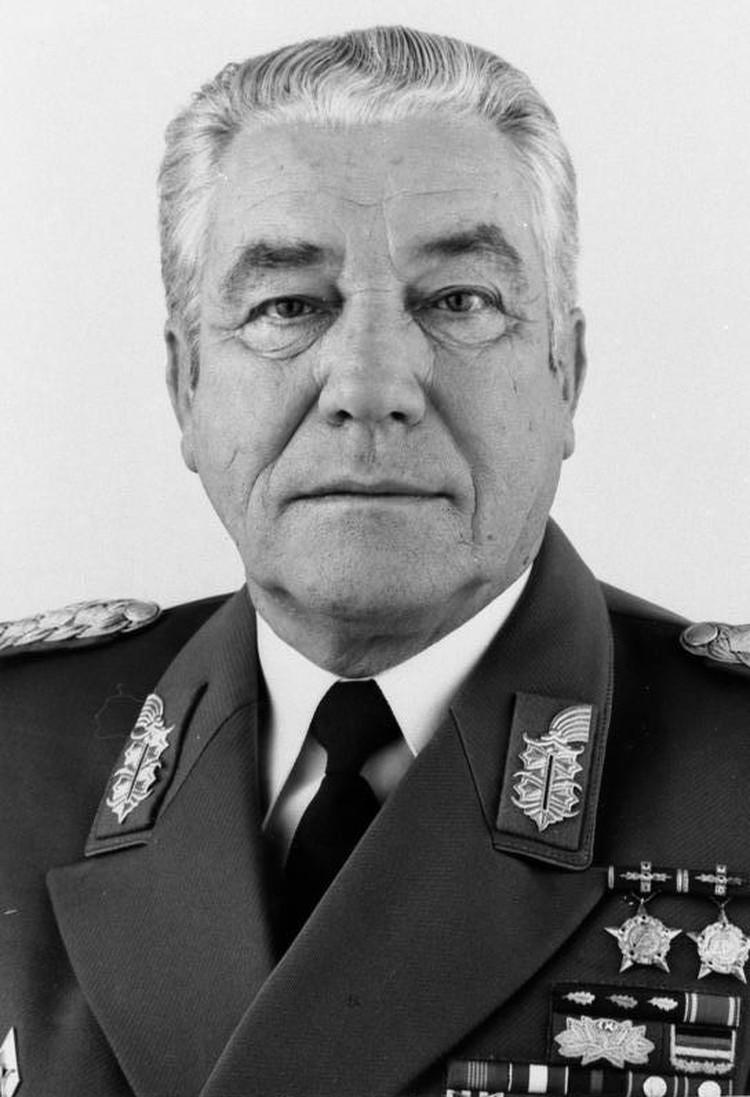 Министр обороны ГДР Хайнц Гофман.
