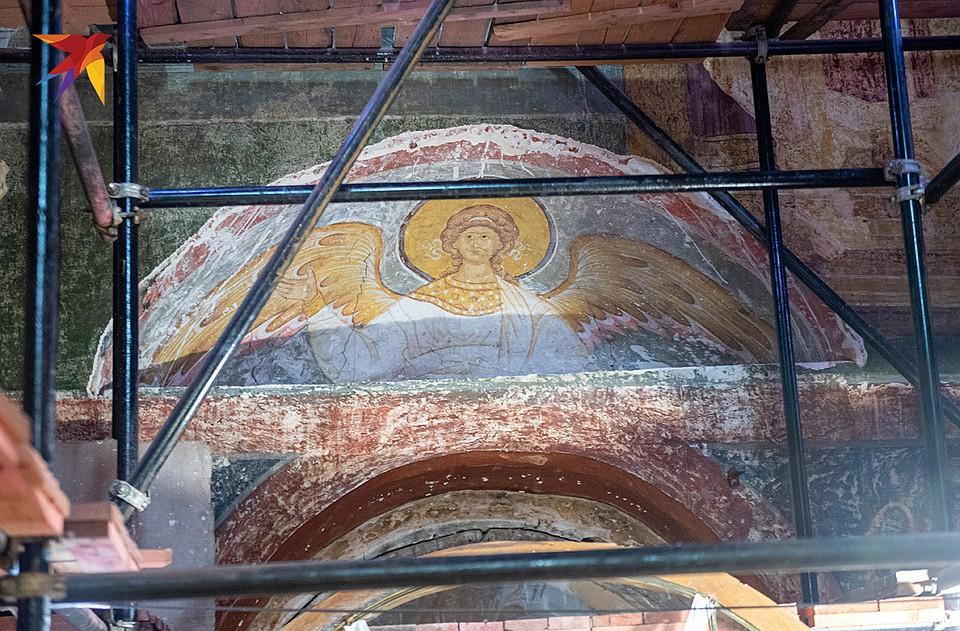 В процессе реставрации обнаружены две самые древние фрески собора - XVI века. Это одна из них, она украшала Смоленский собор с момента постройки. Фото: Михаил ФРОЛОВ