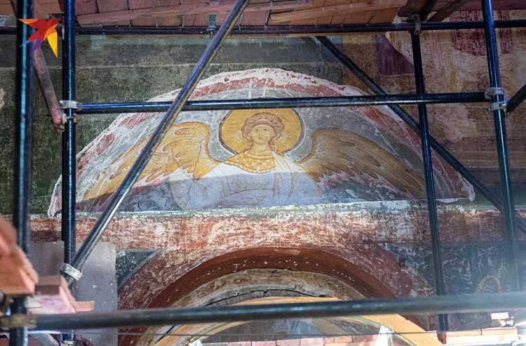 В процессе реставрации обнаружены две самые древние фрески собора - XVI века. Это одна из них, она украшала Смоленский собор с момента постройки.