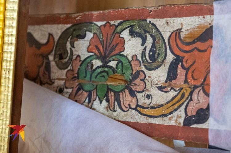 За новым алтарем обнаружен древний XVI-XVII веков. Его восстановили, но посетители его не увидят, так как деревянный алтарь окажется за новым.