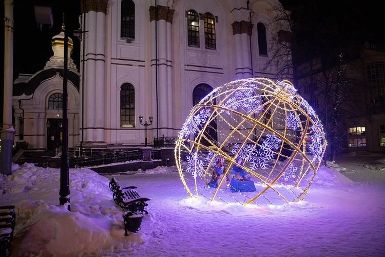 Елочные шары могут украсить не только новогоднюю красавицу. Фото: Фонд святой Екатерины