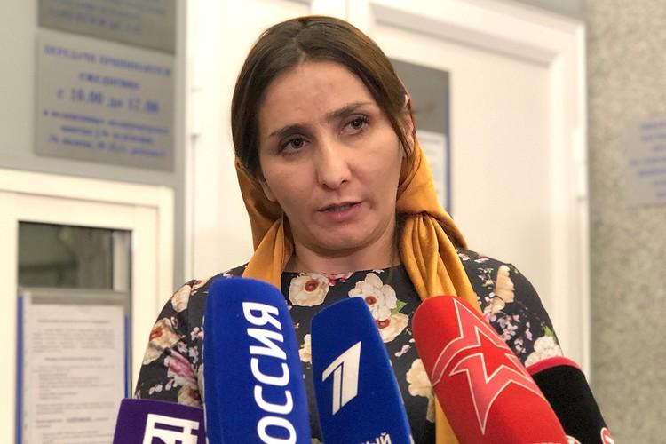 Мать Аиши общается с журналистами.