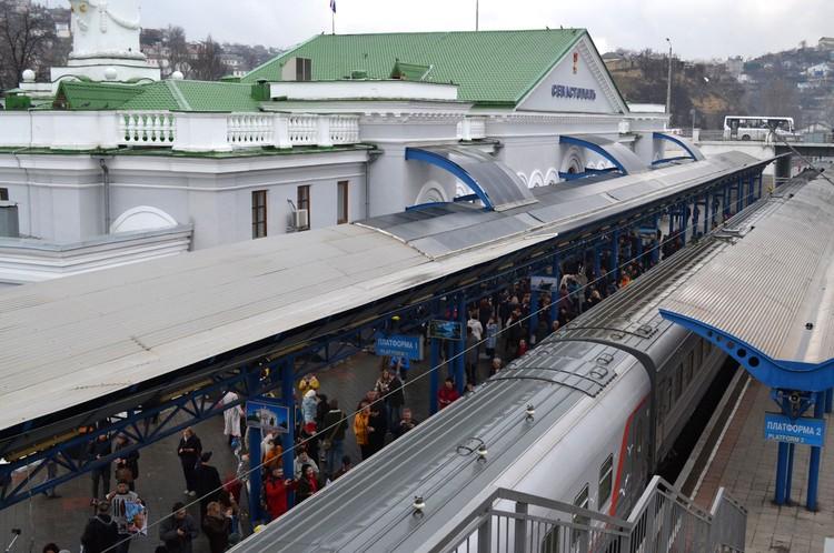 Севастопольцы встретили рейс из Питера.