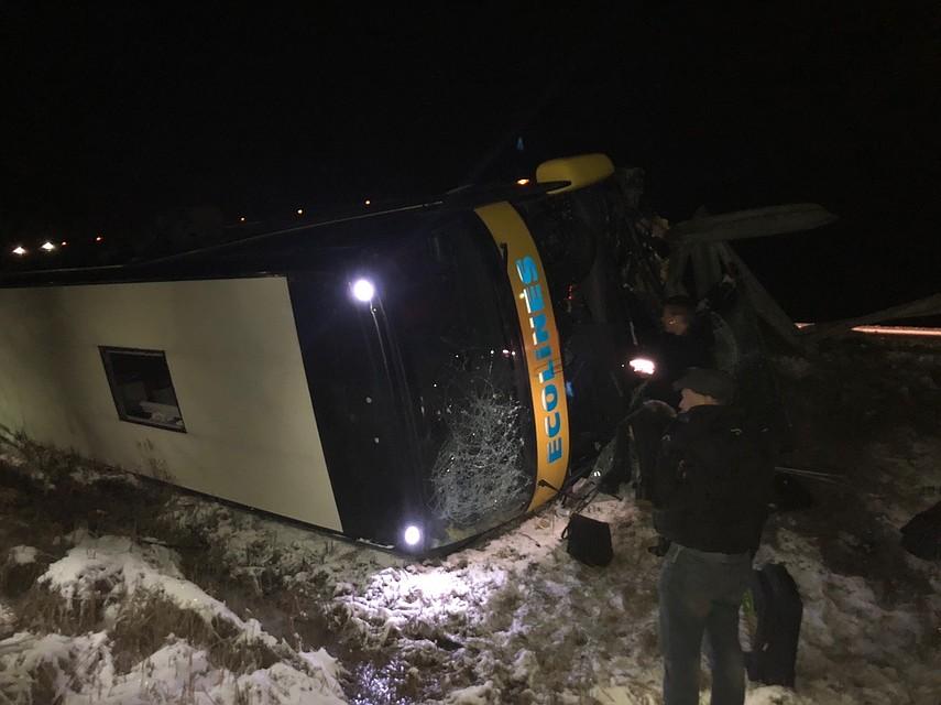«Шок, выбирались через люк в потолке»: Автобус из Петербурга перевернулся в Эстонии, пострадали 9 человек