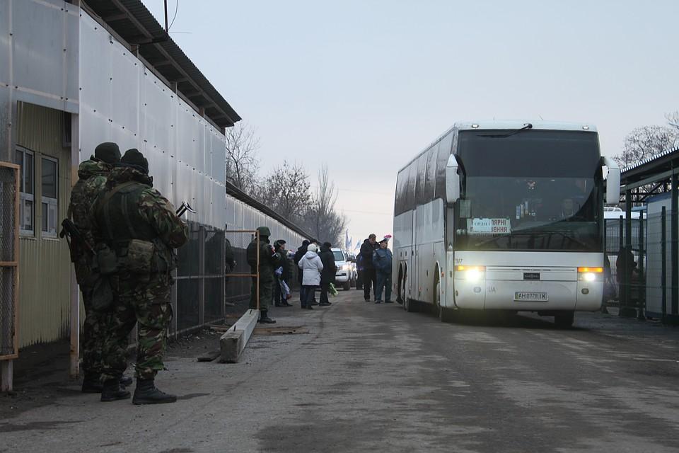 Автобус на котором со стороны Украины привезли пленных, чтобы передать Донецку Фото: Никита МАКАРЕНКОВ, Павел ХАНАРИН
