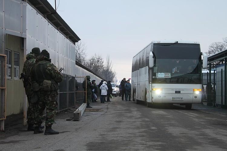 Автобус на котором со стороны Украины привезли пленных, чтобы передать Донецку