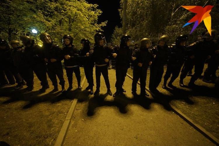 После того как защитники сквера несколько раз уронили забор, по периметру стройплощадки выстроились сотрудники правоохранительных органов.