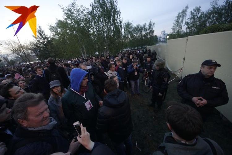На третий день противостояния в сквере установили капитальный забор, который уже было сложно уронить.
