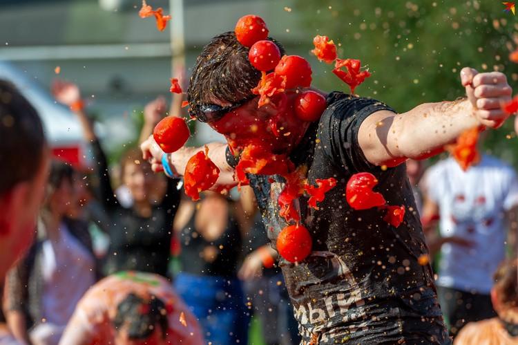 Первая в России Томатина – испанская битва помидорами – прошла в Петербурге