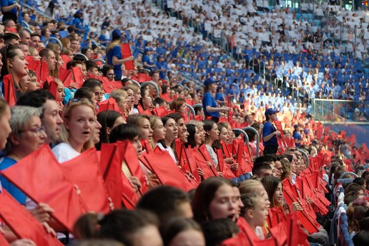 Хор из более чем 20 тысяч человек исполнил гимн России на стадионе «Газпром Арена».